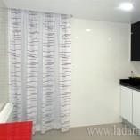 cortina fruncida en cocina moderna